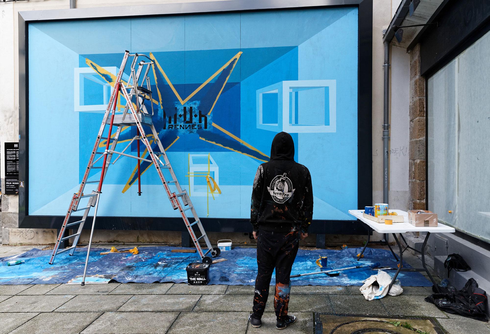 Felix Rodewaldt M.U.R de Rennes - l'artiste regarde son oeuvre de loin - photo Monique Sammut