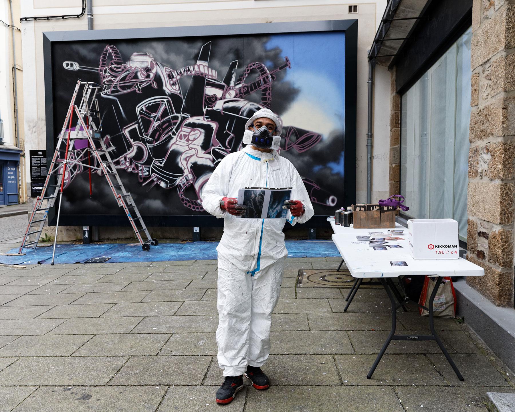 Artiste devant le mur Rennes--M.U.R12-Moore-@Monique-Sammut