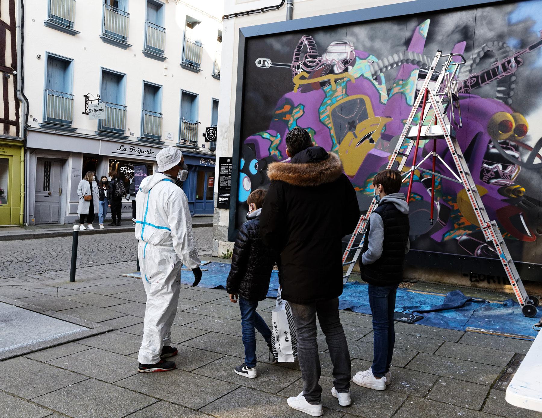 Artiste et public devant le mur Rennes--M.U.R12-Moore-@Monique-Sammut